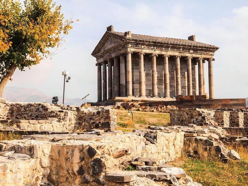 Каменная симфония Гарни, скальный Гегард и обед на озере Севан - экскурсия в Ереване