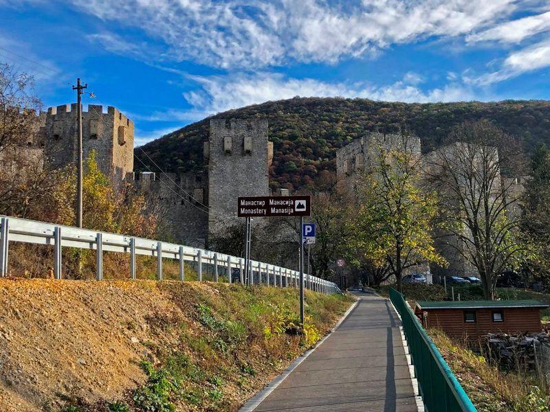 Авто-путешествие по Сербии: монастырь, пещера, водопад - экскурсия в Белграде