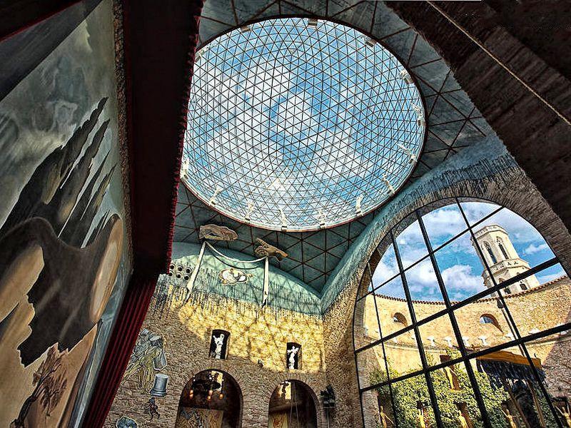 Поездка в музей Дали и Жирону в мини-группе - экскурсия в Барселоне