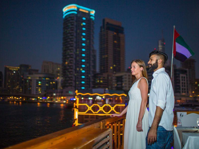 Ужин и вечернее шоу на арабской лодке доу — в Дубай из Шарджи - экскурсия в Шардже