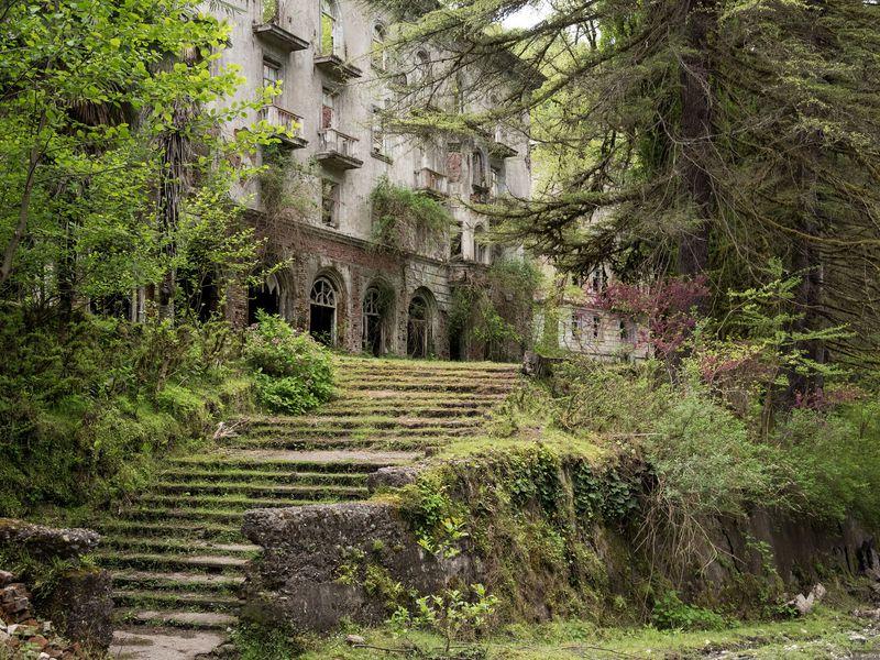 Восточная Абхазия: город-призрак, Великан и горячие источники - экскурсия в Сочи