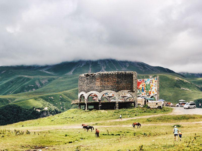 Монастырь на Казбеке — «высоко над семьею гор» - экскурсия в Тбилиси