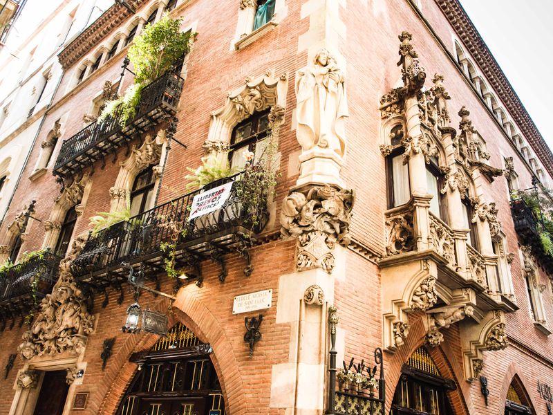 15 историй Барселоны: прогулка на велосипеде и электросамокате - экскурсия в Барселоне