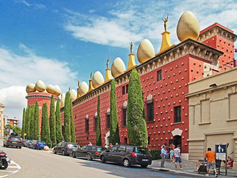 Фигерас и театр-музей Сальвадора Дали - экскурсия в Барселоне