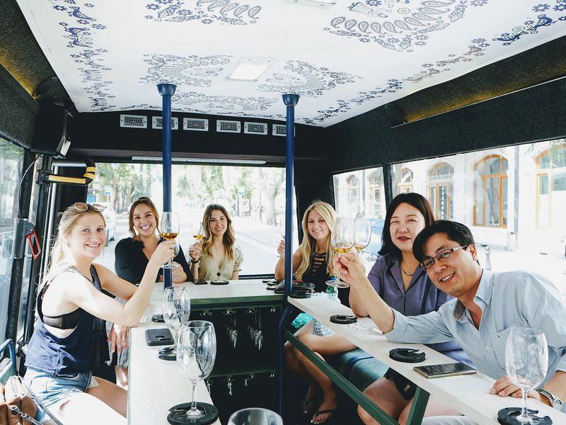По Тбилиси на автобусе с бокалом вина! - экскурсия в Тбилиси